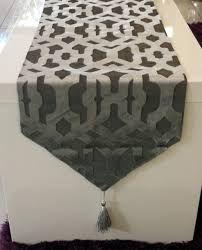 Resultado de imagen para caminos de mesa modernos online Ottoman, Table Settings, Chair, Furniture, Home Decor, Tops, Modern Table, Kitchen Tables, Table Runners