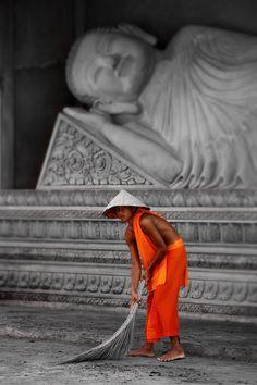 Under Sleeping Buddha, Vietnam Brothers Travel We Are The World, People Around The World, Around The Worlds, Laos, Vietnam Voyage, Vietnam Travel, Religions Du Monde, Buddhist Monk, Buddha Buddhism
