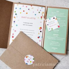 Vrolijke #trouwkaart in een hoes van #kraftpapier. Met de #sluitzegel maak je de hoes dicht. Het kleine kaartje hing aan het bedankje... #trouwerij #bruiloft #kraft #trouwkaarten #craft #papercraft #PatriciaMariaStudio #Leiden