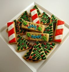 Christmas Tree Cookie Inspiration- I like this simple & easy decorating design Merry Christmas, Christmas Food Gifts, Christmas Tree Cookies, Christmas Sweets, Christmas Goodies, Holiday Cookies, Christmas Baking, Christmas Cakes, Christmas Decor