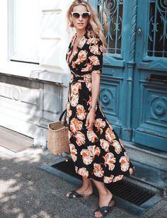 Mêlant imprimés tropicaux domptés et coupe portefeuille avantageuse, cette robe Ganni flirte avec le sans-faute