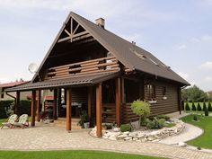 A lot of focus is put into luxurious applications that make the log cabin look beautiful yet it has the rustic charm that everyone loves. Cabin Interior Design, Log Cabin Floor Plans, Small Wooden House, Little Cabin, Cabin Interiors, Wooden Cabins, Mountain Homes, Home Fashion, Rustic Charm