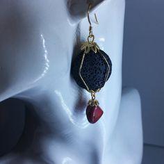 Orecchini pendenti realizzati interamente a mano con la tecnica wire, rivestiti da una vernice antiossidante. Materiali: Filo di rame dorato Dischi...