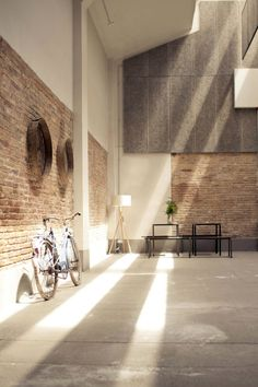 Holz Europaletten Ausstellungshalle twobo arquitecura licht dachfenster