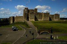 """Dover Castle is een middeleeuws kasteel in Dover in het Engelse graafschap Kent. Dover Castle is het grootste kasteel in Engeland.[1] Het kasteel werd gebouwd in de 12e eeuw en werd omschreven als """"de sleutel naar Engeland"""" vanwege het strategisch belang van het kasteel door de eeuwen heen."""