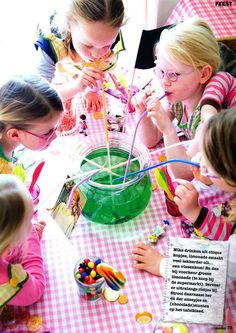Super leuk idee. Met z'n allen uit 1 glas drinken Slumber Parties, Birthday Parties, Pippi Longstocking, Jungle Party, Disco Party, Party Activities, Childrens Party, Animal Party, Diy For Kids