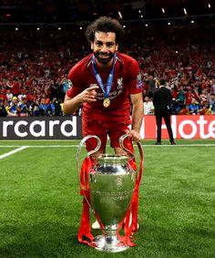 Mohamed Salah szczęśliwy z pucharem Ligi Mistrzów Liverpool FC Liverpool Champions League, Liverpool Players, Liverpool Home, Premier League Champions, Liverpool Football Club, Liverpool Anfield, Best Football Players, Soccer Players, Football Cards