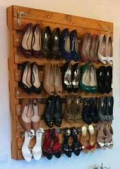 Amazing Uses For Old Pallets – 30 Pics I need this shoe rack! Pallet Crates, Old Pallets, Recycled Pallets, Wooden Pallets, Wooden Sheds, Pallet Designs, Pallet Ideas, Pallet Projects, Diy Pallet