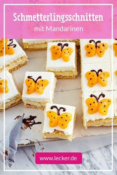 Die Biskuit-Schnitten vom Blech mit Vanilleschmandcreme und Mandarinen-Schmetter… The biscuit cuts from the tin with vanilla cream and tangerine butterflies are almost too cute to eat. Perfect for the Easter coffee! Fast Dessert Recipes, Cake Recipes, Snack Recipes, Biscuits, Cut Recipe, Bon Dessert, Fast Healthy Meals, Winter Desserts, Easter Cupcakes