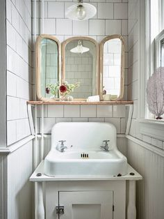 Subway Tiles and Vintage Details Bathroom inspiration – rustic home interior Bad Inspiration, Bathroom Inspiration, Home Upgrades, Vintage Modern, Vintage Style, Vintage Décor, Rustic Modern, Bathroom Cleaning, Apartment Interior