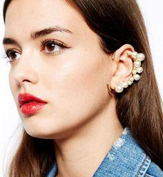 Le ear cuff est à 2014 ce que le piercing au nombril était aux années 90 : une tendance à suivre absolument. Car oui, cette année, ce ne sont plus les lobes de nos oreilles qui se parent de bijoux mais bien le cartilage. Rassurez-vous, il n'est nul besoin de se faire percer pour suivre la tendance bijoux 2014. (cosmopolitan)