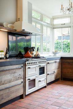 Landelijke keuken gemaakt van oud eikenhout#restylexl #landelijke #keukens #keuken #oudhout #hout #eikenhout
