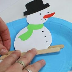 Le bonhomme de neige skieur Plastic Plates, Winter Art, Plastic Cutting Board, Snow Globes, Cards, Winter, Snowman, Bricolage Noel, Day Care