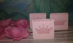 Forminha de doce feita pétalas artificiais e caixa doce coroa feita scan cut