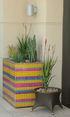 Mosaic Planters by Badec Bros Deco Mosaic Planters with cement blocks. Mosaic Planters, Mosaic Garden Art, Mosaic Vase, Mosaic Flower Pots, Diy Planters, Mosaic Tiles, Mosaic Crafts, Mosaic Projects, Garden Projects
