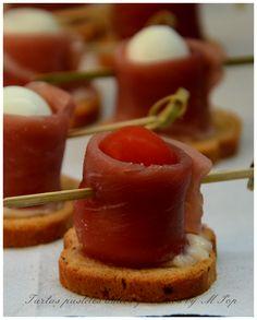 """María Pop participa en el reto de Navidad con estos deliciosos """"Aperitivos de jamón con huevo de codorniz y tomate cherry"""". http://tartaspastelesdulcesysaladosbympop.blogspot.com.es/2013/12/aperitivo-de-jamon-con-huevo-de.html"""