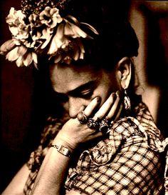 Frida Kahlo pensativa pero linda