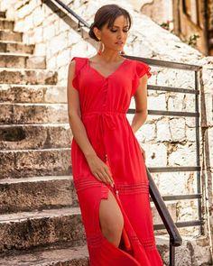 Ανεβάζουμε τη διάθεση μας, ξεκινώντας την εβδομάδα με χρώμα που θα μαγνητίσει τα βλέμματα ~ Μάξι φόρεμα με κουμπάκια για όλες τις ώρες! 🌹  #queenfashion #collection #summer #dress #look #style #outfit #beaqueen