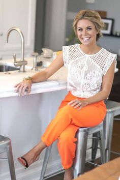This outfit gave me the idea to wear my white lace blouse, orange pants, and… Fashion Mode, Look Fashion, Fashion Outfits, Fashion Styles, Latest Fashion, Fashion Online, Fashion Trends, Orange Hose, College Girl Fashion