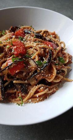 Spaghetti à l'aubergine grillée et poivron rouge à la sauce tomate