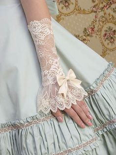 pretty lace fancy vintage look Estilo Lolita, Lace Cuffs, Lace Gloves, Lace Bows, Mode Vintage, Vintage Lace, Wedding Vintage, Dress Vintage, Moda Lolita