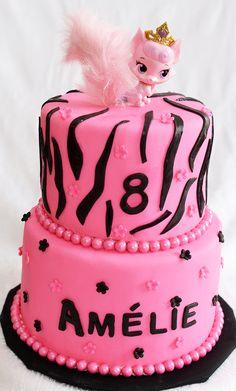 Gâteau 2 étages (6 pouces au chocolatet 8 pouces à la vanille)avec glaçage meringue suisse à la vanille et recouvert de fondant. Décoré avec de petites fleurs en fondant roses et noires.