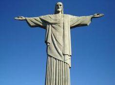 Le Corcovado est l'un des nombreux reliefs de la ville de Rio de Janeiro. Il est célèbre pour accueillir en son sommet la statue du Christ Rédempteur, l'un des principaux symboles de la ville et du pays, et pour offrir une vue sur l'ensemble de la zone sud de la ville. M.M