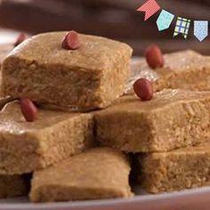 Bata o amendoim e a bolacha em um liquidificador . Misture com o açúcar e o leite condensado formando uma massa. Utilize uma fôrma retangular Panex New Resist e despeje a massa. Deixe descansar por 15 minutos e corte em pedaços pequenos.