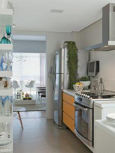 Com cores alegres, materiais práticos e mesas generosas, essas cozinhas convidam a refeições demoradas