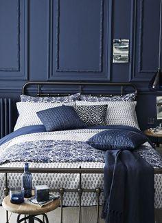Γγρ│ Unis et imprimés bleu marine et blanc s'associent pour rendre l'atmosphère de la chambre toute douillette.