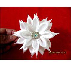 Flores blancas hermosas pétalos de rectángulos  kanzashi en cintas