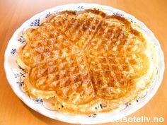 """""""Crème fraîche vafler"""" er nydelige og originale vafler, som ikke inneholder egg. """"Crème fraîche vafler"""" er basert på en gammel norsk oppskrift og ligner litt på """"Rømmevafler"""" i smak og konsistens (se oppskrift her på detsoteliv.no). Vaflene blir fete og sprø, og smaker nydelig med sukkerdryss. Eller prøv de med tyttebær- eller multesyltetøy - det er også utrolig godt! Oppskriften gir 10 plater. Creme Fraiche, Feta, Waffles, Yummy Food, Baking, Breakfast, Dessert, Strawberry, Morning Coffee"""