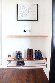 Que tal usar canos ou tubos para fazer um lugar para deixar os sapatos! Se colocar do lado da porta de entrada a sujeita não entra! #DIY #Façavocêmesmo #MadeiraMadeira