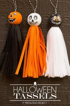 Vintage Halloween Costumes Make these fun Vintage Halloween Tassels to decorate your house this year! Easy to make and customize! - Make these adorable Vintage Halloween Tassels to decorate your house this year! Includes full tutorial and supply list. Fete Halloween, Halloween Ornaments, Halloween Trees, Halloween Projects, Holidays Halloween, Vintage Halloween, Halloween Decorations, Diy Halloween Necklace, Halloween Felt