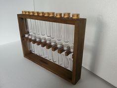 Produto sustentável, fabricado com madeira de palete reutilizada, cápsulas de acrílico e opções de cores da madeira, para ser colocado na parede.
