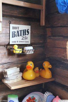 sauna,mökki,kylpyankka,hirsi,hirsiseinä,kori,metallikori,kyltti,pesuharja,keltainen,värikäs,värikäs koti