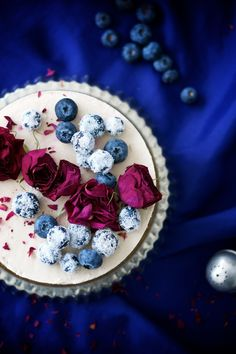 This blackcurrant raw cake has attitude! It's at the same time fluffy and very creamy. Pretty cake is a combination of powerful blackcurrants, creamy filling, and soft jam. Glutenfree, dairyfree, refined sugar free.