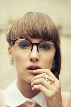 Chic round glasses with tortoiseshell and clear frames