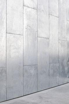 """Projektet består av två byggnadsvolymer uppbyggda kring samma tydliga lägenhetsstruktur. Den högre volymen som ligger mot gatan har en fasad bestående av """"dockskåp"""" – generösa balkonger i två etager som återspeglar lägenheternas innehåll. Volymen som ligger mot gränden är lägre och har en mer småskalig karaktär med uteplatser i en lägre nivå mot gatan. På... Läs mera » Exterior Wall Cladding, House Cladding, Facade Design, Tile Design, House Design, Maine House, My House, Wall Section Detail, Steel Cladding"""