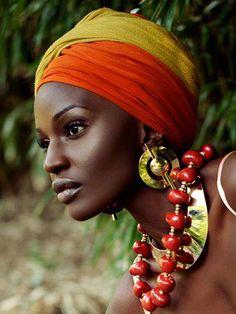 that skin | those accessorises Le bandeau coloré et les gros accessoires, ça rend vraiment bien. Une idée à retenir.
