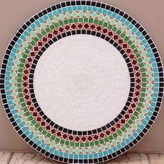 Mesas e bancos de mosaico Mosaic Crafts, Mosaic Projects, Mirror Mosaic, Mosaic Art, Decorative Panels, Creative Thinking, Ceramic Painting, Creative Art, Stained Glass