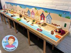 Thematafel strand, met speelkleden , thema zomer, kleuteridee Kindergarten, Montessori Room, Busy Bags, Small World, Crib Bedding, Kids Education, Classroom Organization, Travel With Kids, Cool Kids