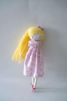 Muñeca de tela hecho a mano Lili muñeca de por lassandaliasdeana