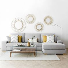 Cómo combinar un sofá gris: Colores para pared y cojines A gray sofa that combines cushions in gray and yellow tones Home Living Room, Apartment Decor, Living Room Decor Apartment, Interior Design Living Room, Apartment Living Room, Sofa Gris, Living Room Color, Sofa Design, Room