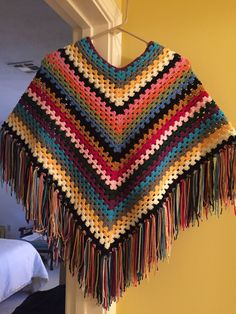 Women's Knit Poncho Models And How To Knit Knitted Women's Poncho Examples - Hakeln Crochet Coaster Pattern, Crochet Poncho Patterns, Granny Square Crochet Pattern, Knitted Poncho, Crochet Shawl, Crochet Baby, Knit Crochet, Dress Patterns, Granny Square Häkelanleitung