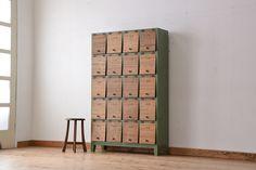 昭和レトロ ネームプレート付きペイントと木味扉の脚付きパタパタ下駄箱(収納棚、升目棚)