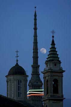 La Mole Antonelliana tra il campanile e la cupola della chiesa di Santa Croce