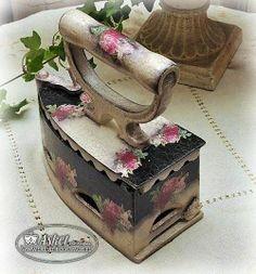 Žehlička * kov zdobený malovaným porcelánem                                                                                                                                                                                 Más