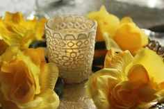 Mesa de Páscoa com vela de renda e flores. #AtelieBebeta