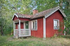Ullevi 2, Gnesta - Fastighetsförmedlingen för dig som ska byta bostad Red Cottage, Farm Cottage, Red Houses, Tiny Houses, Sweden House, Scandinavian Design, Colonial, Shed, Farmhouse